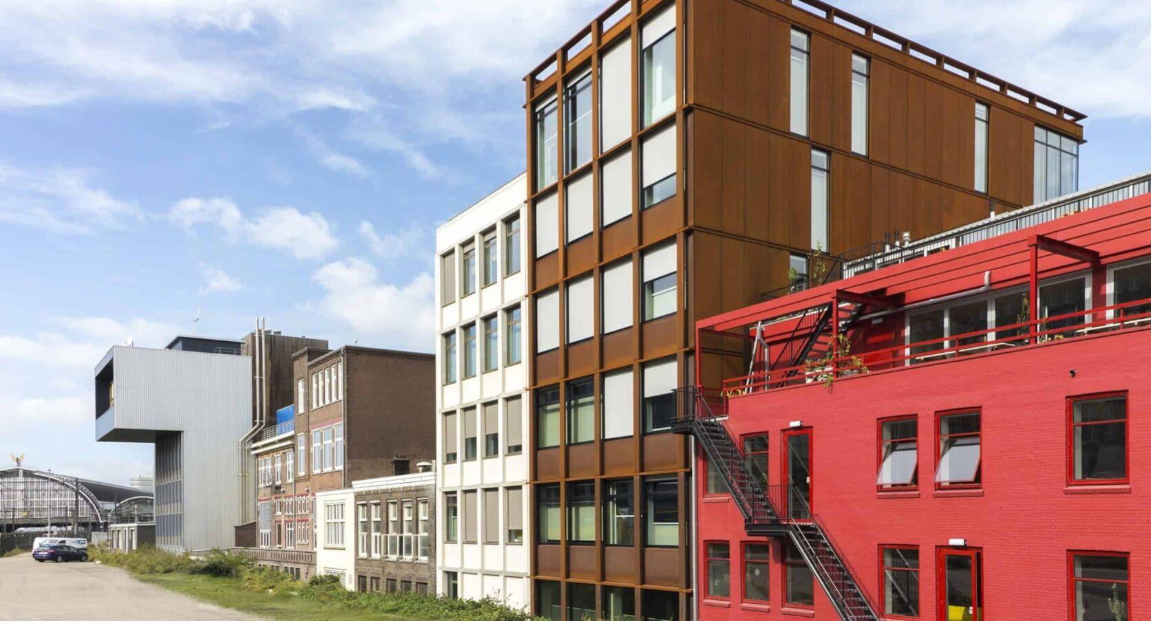 Zijaanzicht van de hotelappartementen aan de DeRuyterkade in Amsterdam voorzien van cortenstaal gevelbekleding