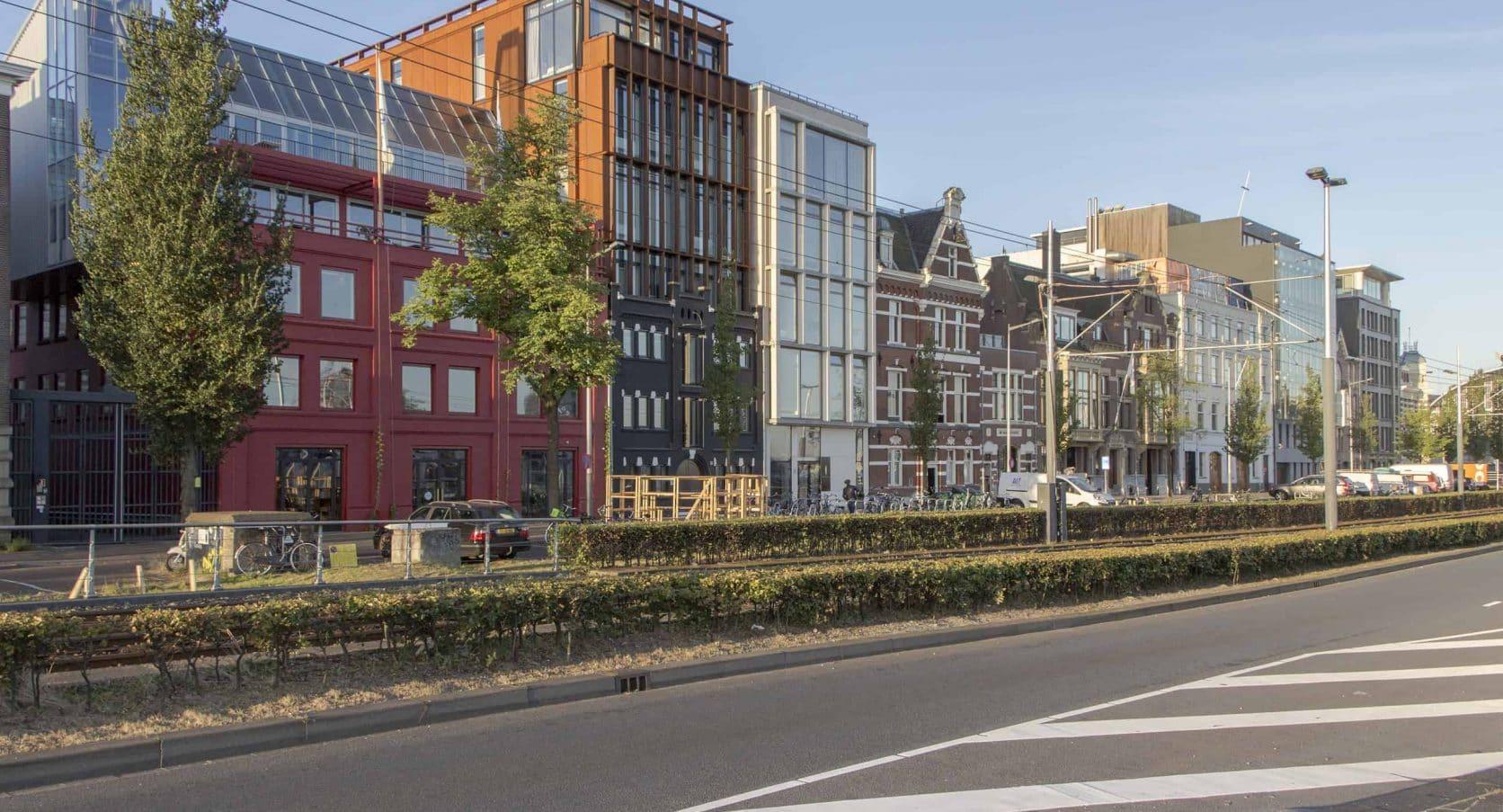 MD Flack gevelbekleding van de zijkant van de hotelappartementen aan de DeRuyterkade in Amsterdam