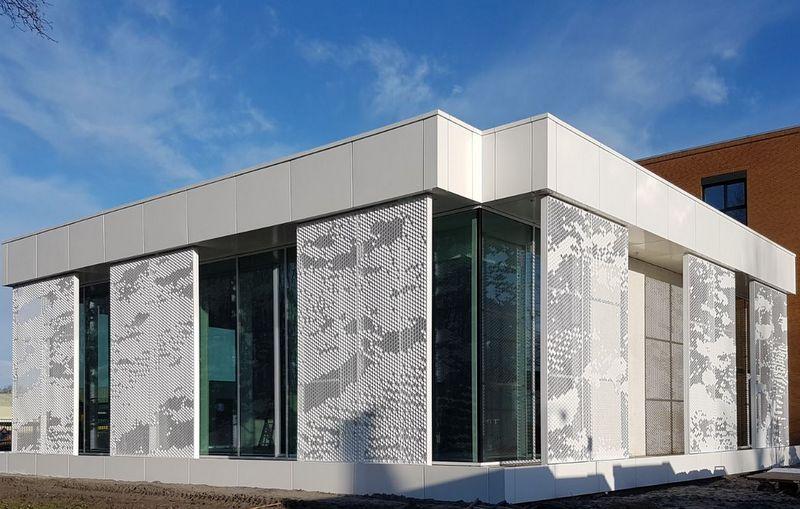 Foto van gemeentehuis Waadhoeke Franeker met 3d panelen als zonwering
