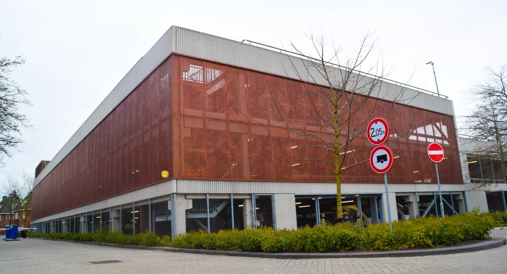 Parkeergarage Diakonessenhuis Utrecht uitgerust met geperforeerd staal als gevelbekleding