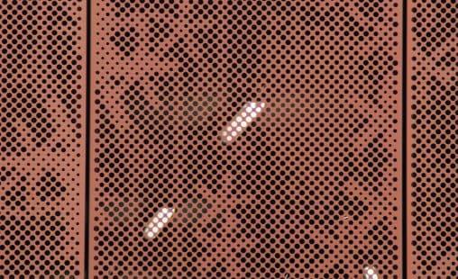 Close-up van de print in het geperforeerd staal van de Parkeergarage van het Diakonessenhuis in Utrecht