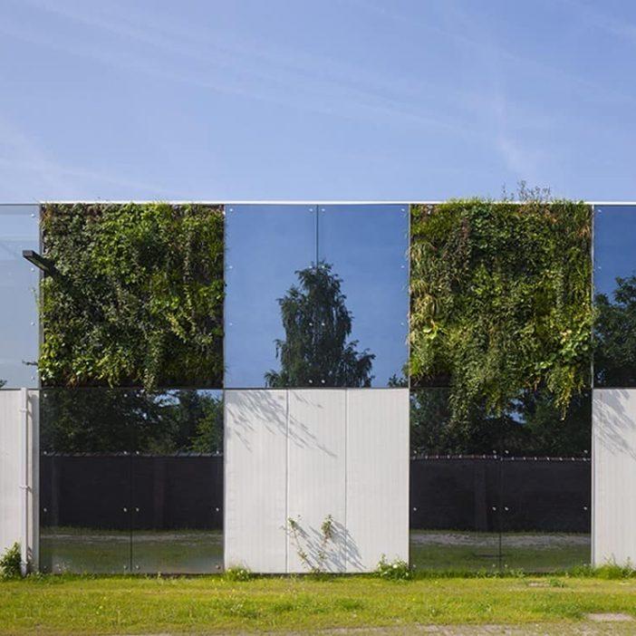 Close-up van de gevelbekleding met MD Flack en Strekmetaal bij het Sociaal Huis in Ternat, ontworpen door De Bouwerij Architect