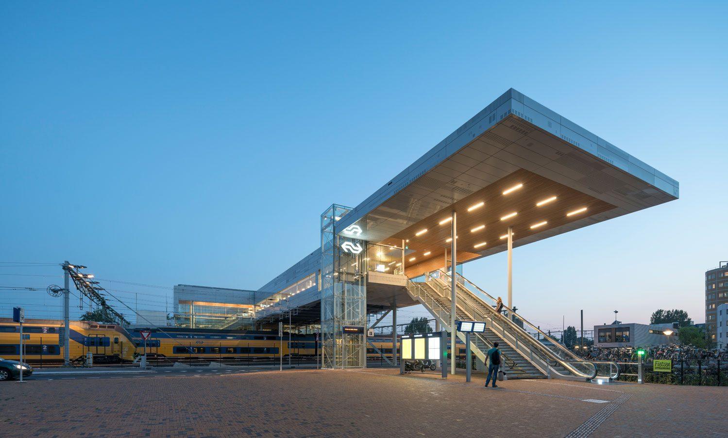 Het station in Alkmaar voorzien van MD Strekmetaal gevelbekleding