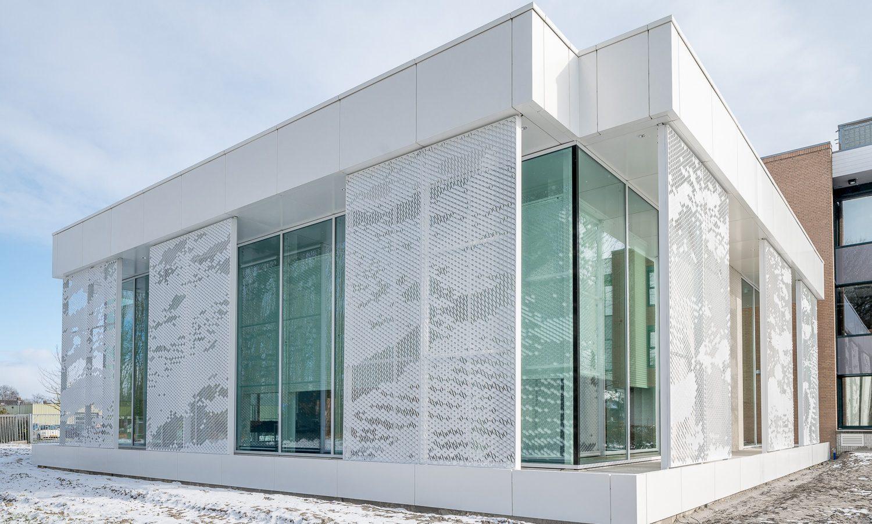 Foto van gemeentehuis Waadhoeke te Franeker met gevelbekleding met open structuur in aluminium
