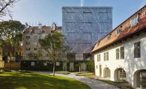 Designperforatie gevel met automatisch uitschuifbare luiken project Old Town Court te Praag