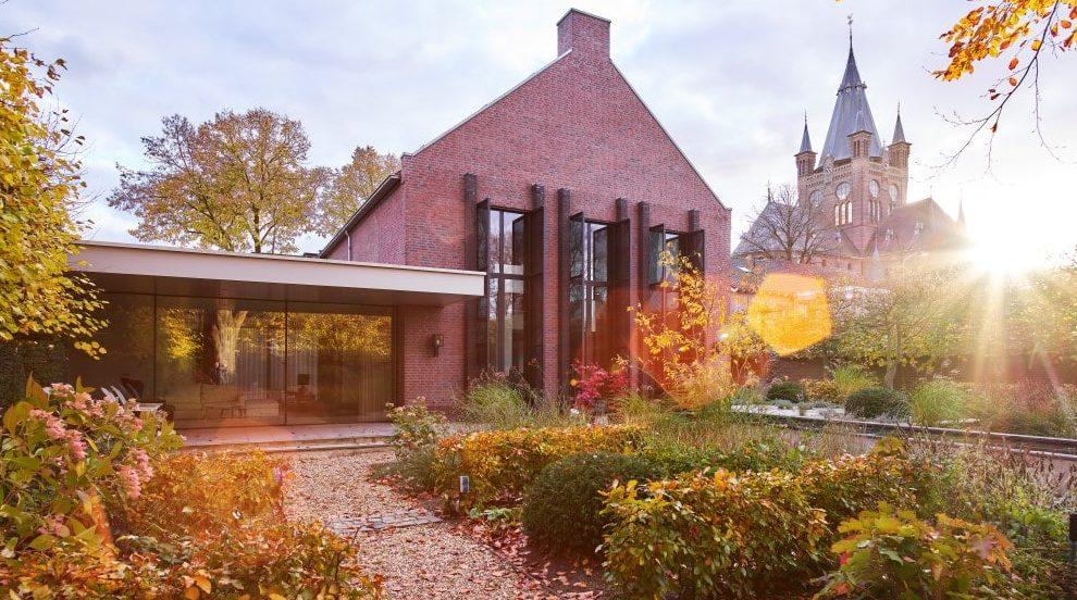 Dorpsvilla in Oisterwijk voorzien van aluminium panelen in MD Designperforatie, dat dient als zonwering