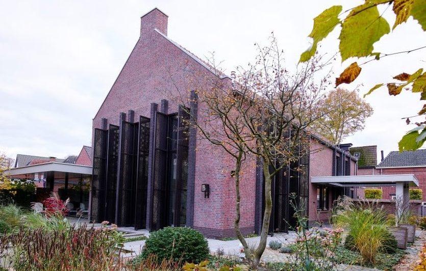 Buitenkant van deze Dorpsvilla in Oisterwijk is uitgerust met aluminium luiken met MD Apertura bevestigingssysteem