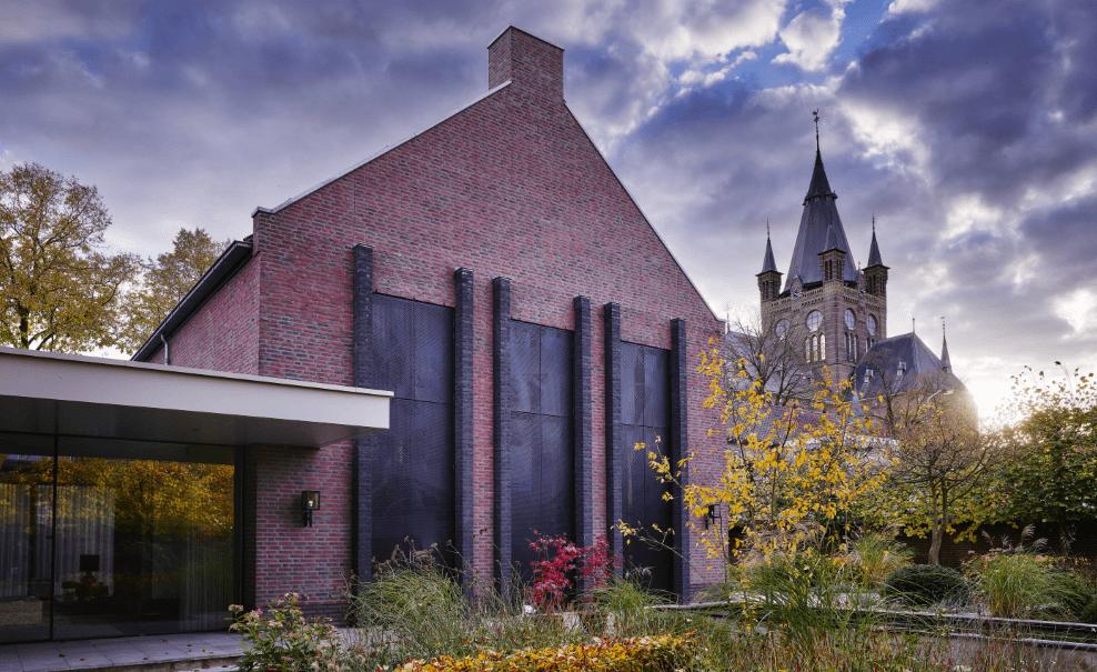Dorpsvilla in Oisterwijk met aluminium luiken van MD Designperforatie met het MD Apertura bevestigingssysteem