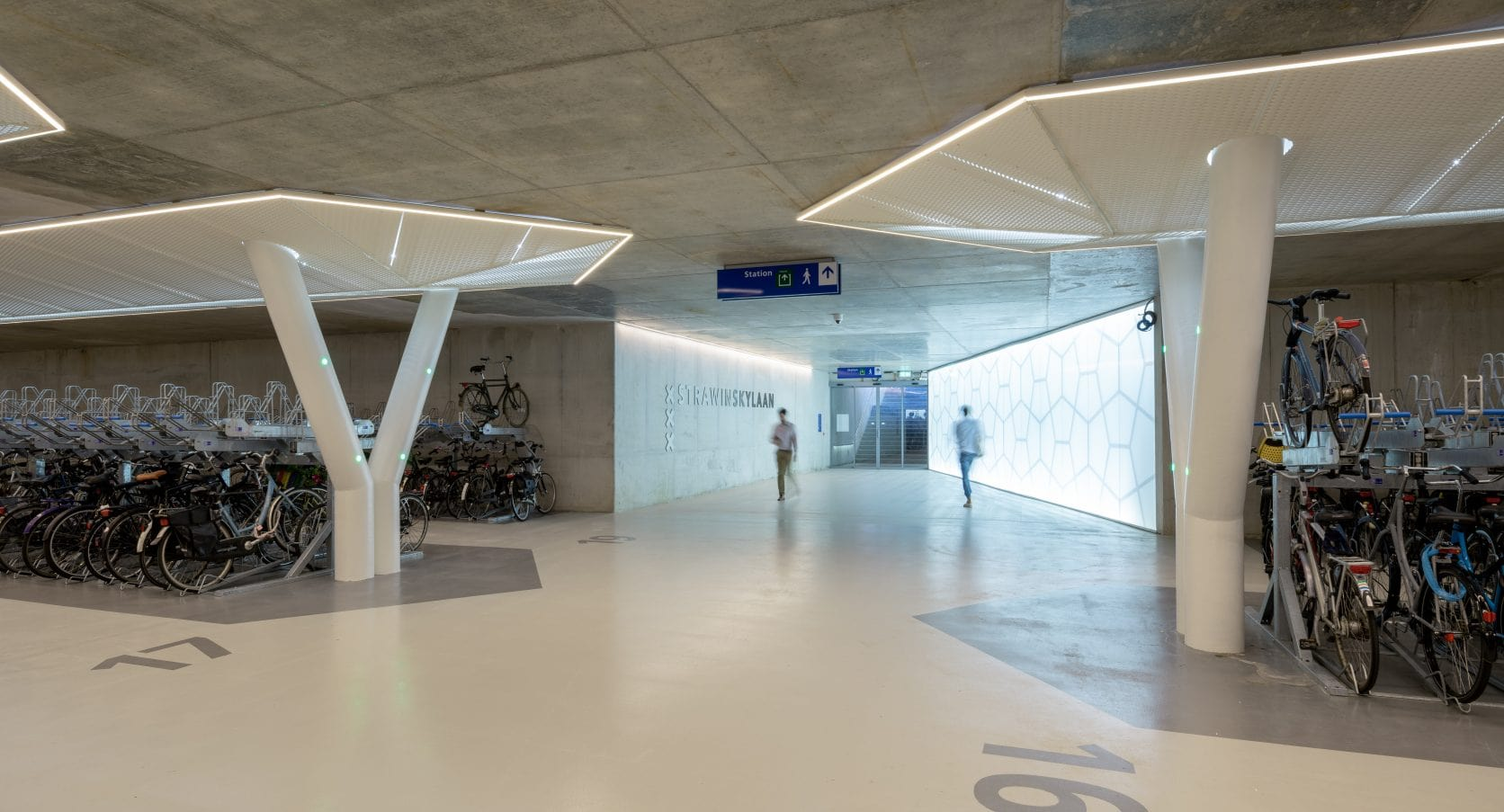 Vijfhoek fietsparkeergarage Amsterdam MD Strekmetaal plafond
