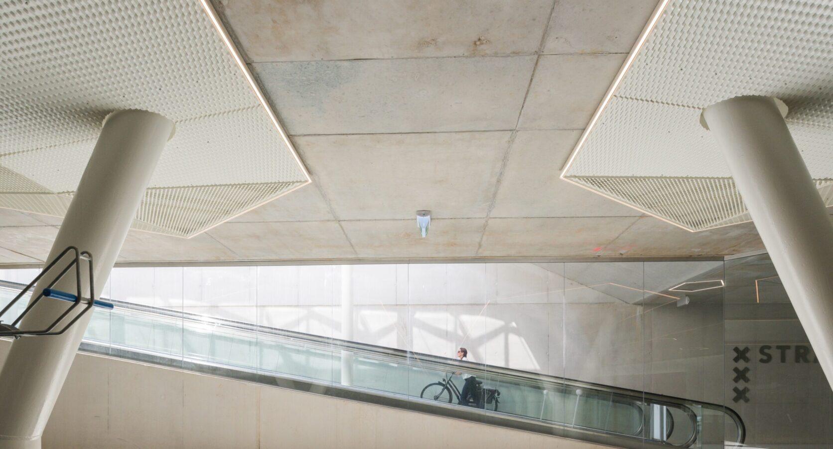 Fietsparkeergarage Vijfhoek in Amsterdam gepoedercoate panelen met verlichting