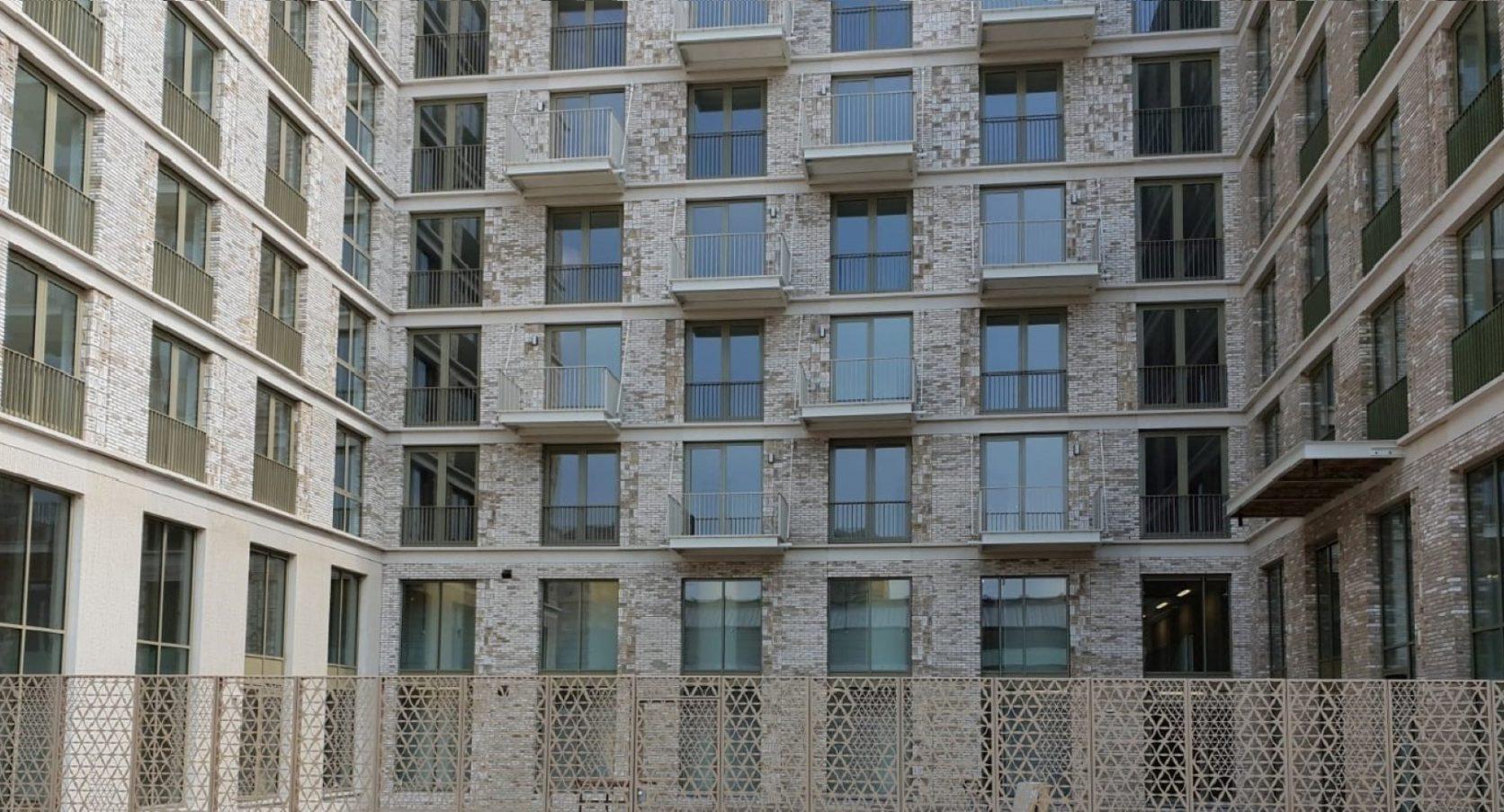 Detail Afscheidingshek van MD Designperforatie bij appartementen Calandstraat in Den Haag