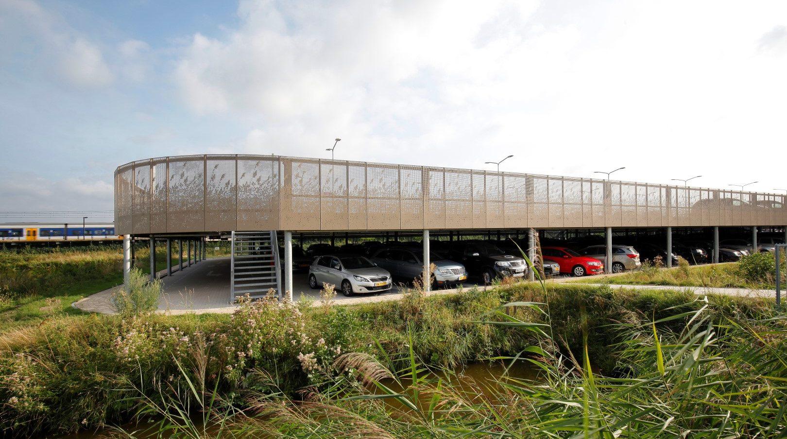 Overzichtsfoto van de Parkeergarage in Sassenheim welke voorzien is van een gevel met MD Designperforatie in een repeterend patroon