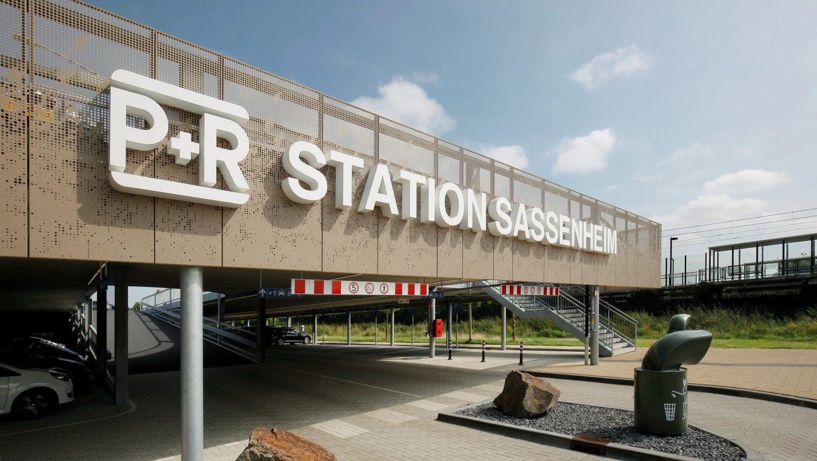 Voorkant van de P&R Sassenheim met gevelbekleding van MD Designperforatie met repeterend patroon
