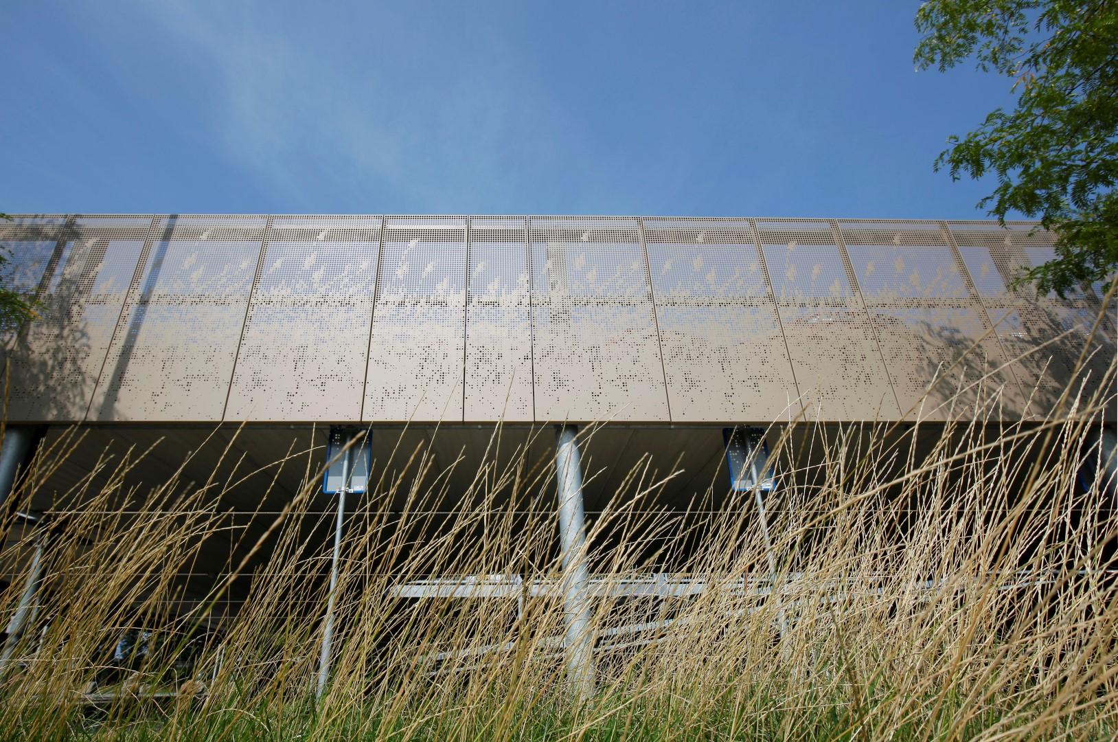 Zijkant van de gevel met MD Designperforatie met riet patroon bij de Parkeergarage in Sassenheim