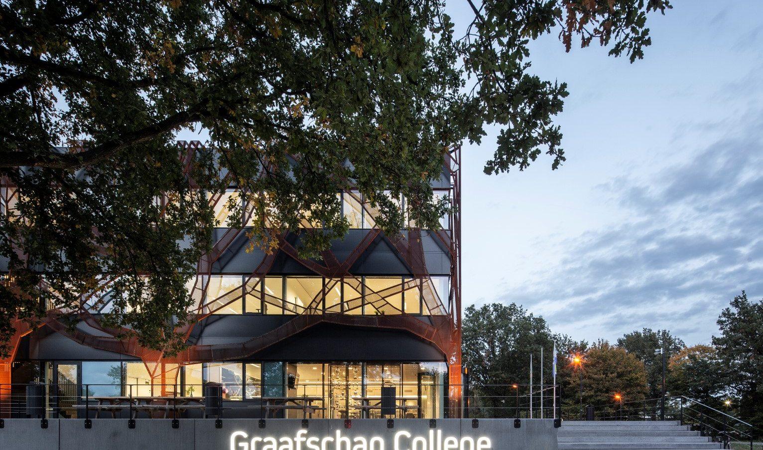 Boomgevel van corten staal Graafschap College in Doetinchem in de schemering