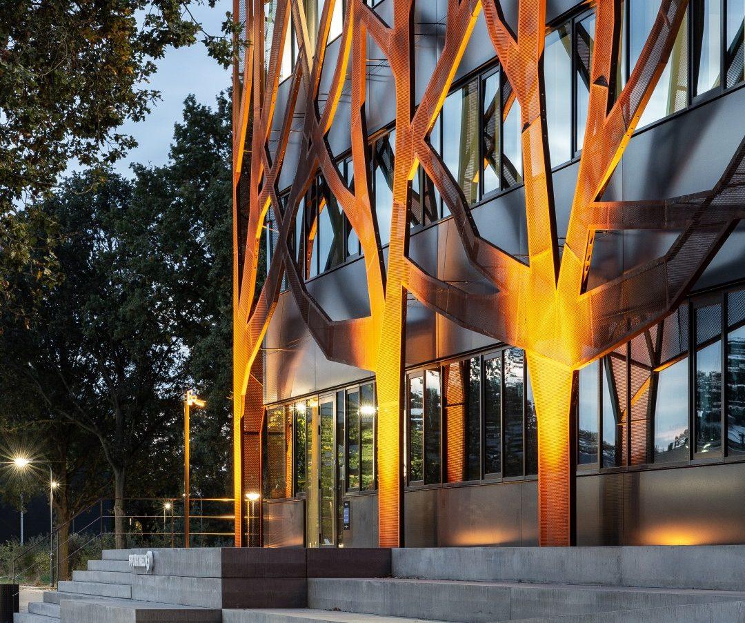 Verlichte boomgevelvan corten staal bij Graafschap College in Doetinchem