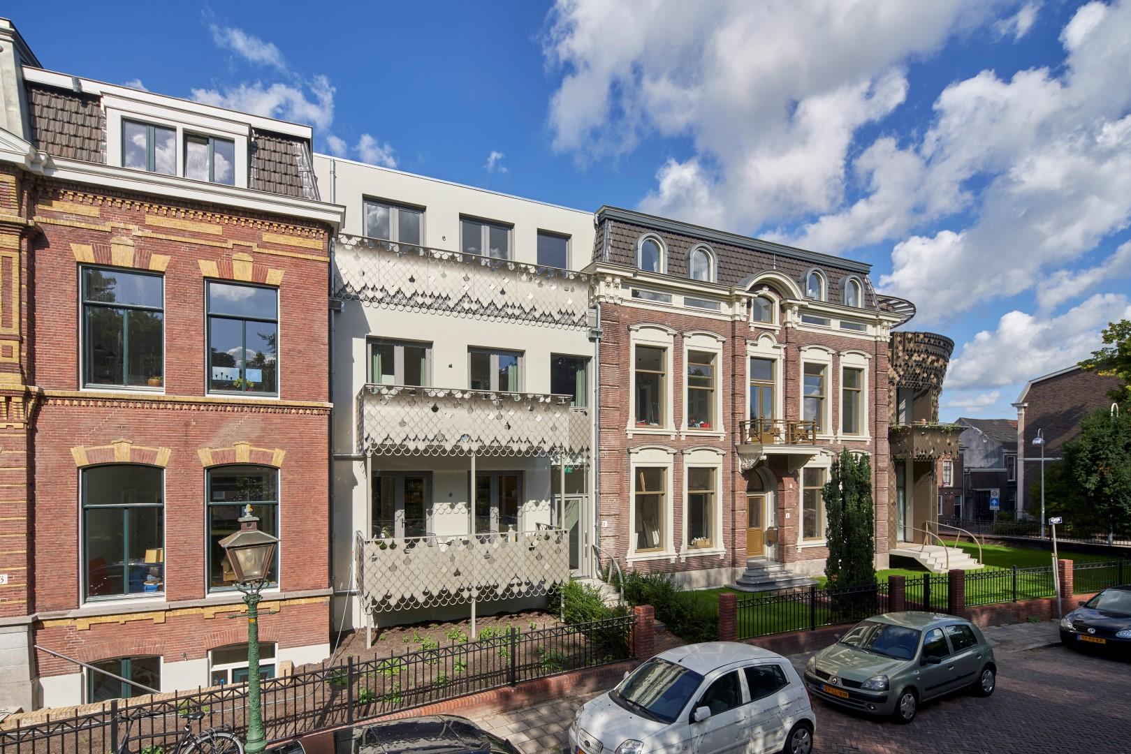 Balkons van het Plantsoen in Leiden met bladmotief verwerkt in de balustrades