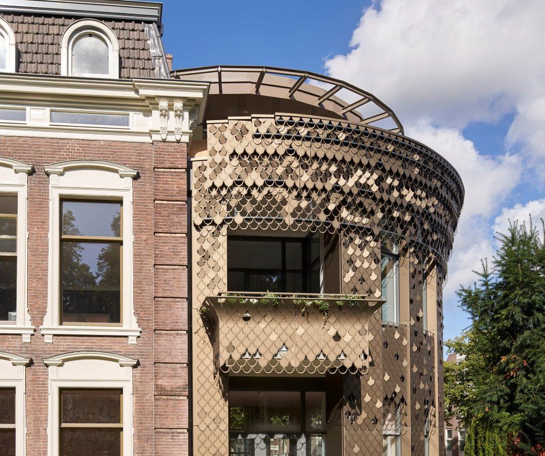 Entree van het Plantsoen in Leiden met schitterend bladmotief gevel