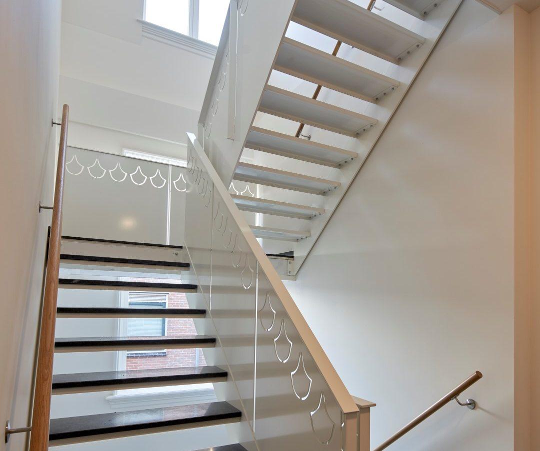 De trappen in het wooncomplex Plantsoen in Leiden met bladmotief