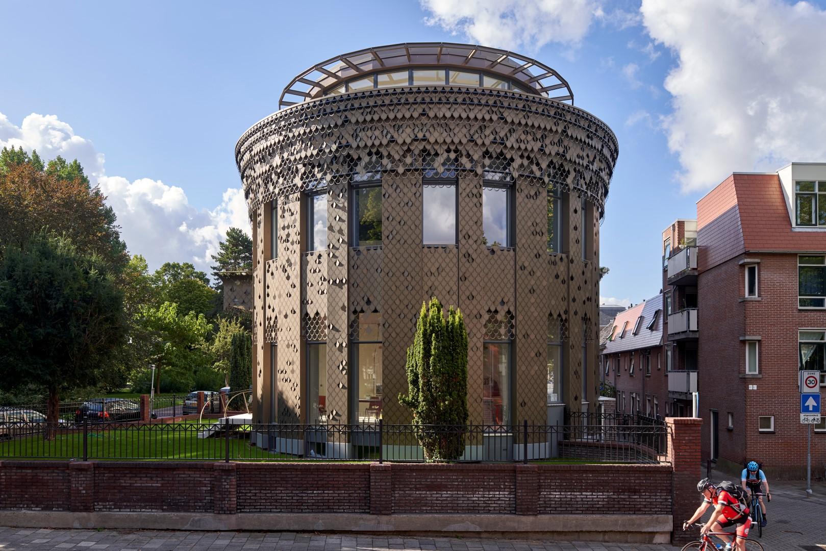 Vooraanzicht van de gevel met bladmotief van het Plantsoen in Leiden
