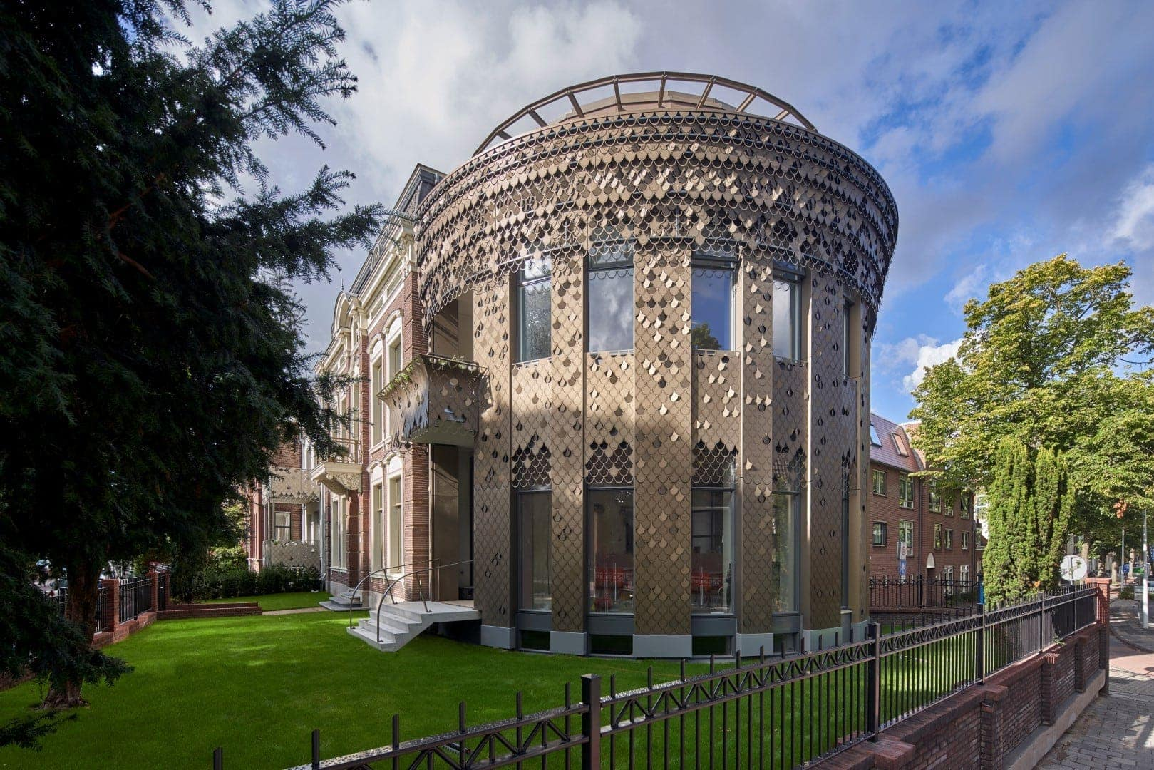 Zijaanzicht van de gevel met bladmotief van het Plantsoen in Leiden