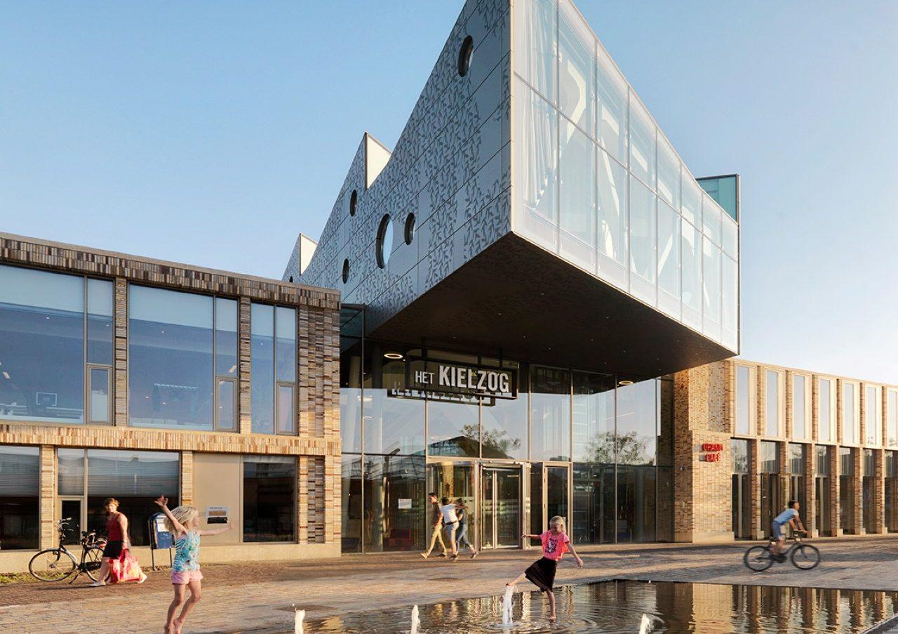 Close-up links gevelbekleding Huis voor cultuur en bestuur Hoogezand-Sappemeer