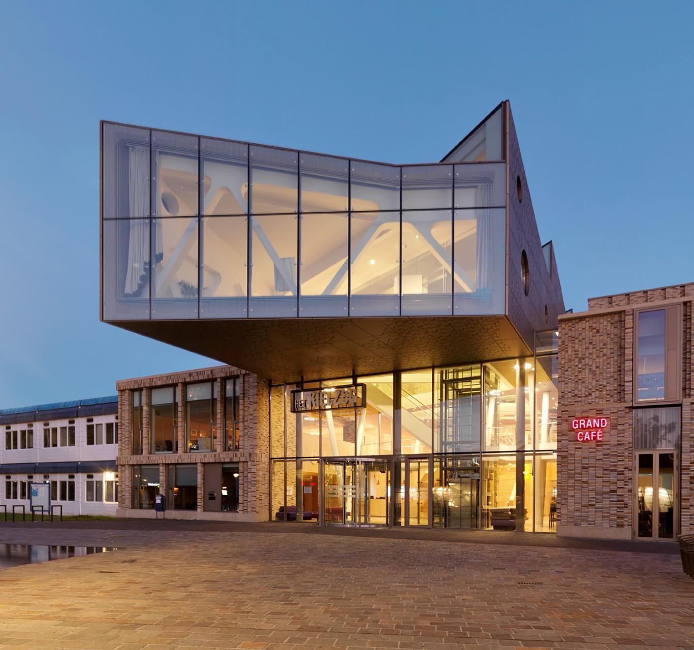Close-up rechts gevelbekleding Huis voor cultuur en bestuur Hoogezand-Sappemeer