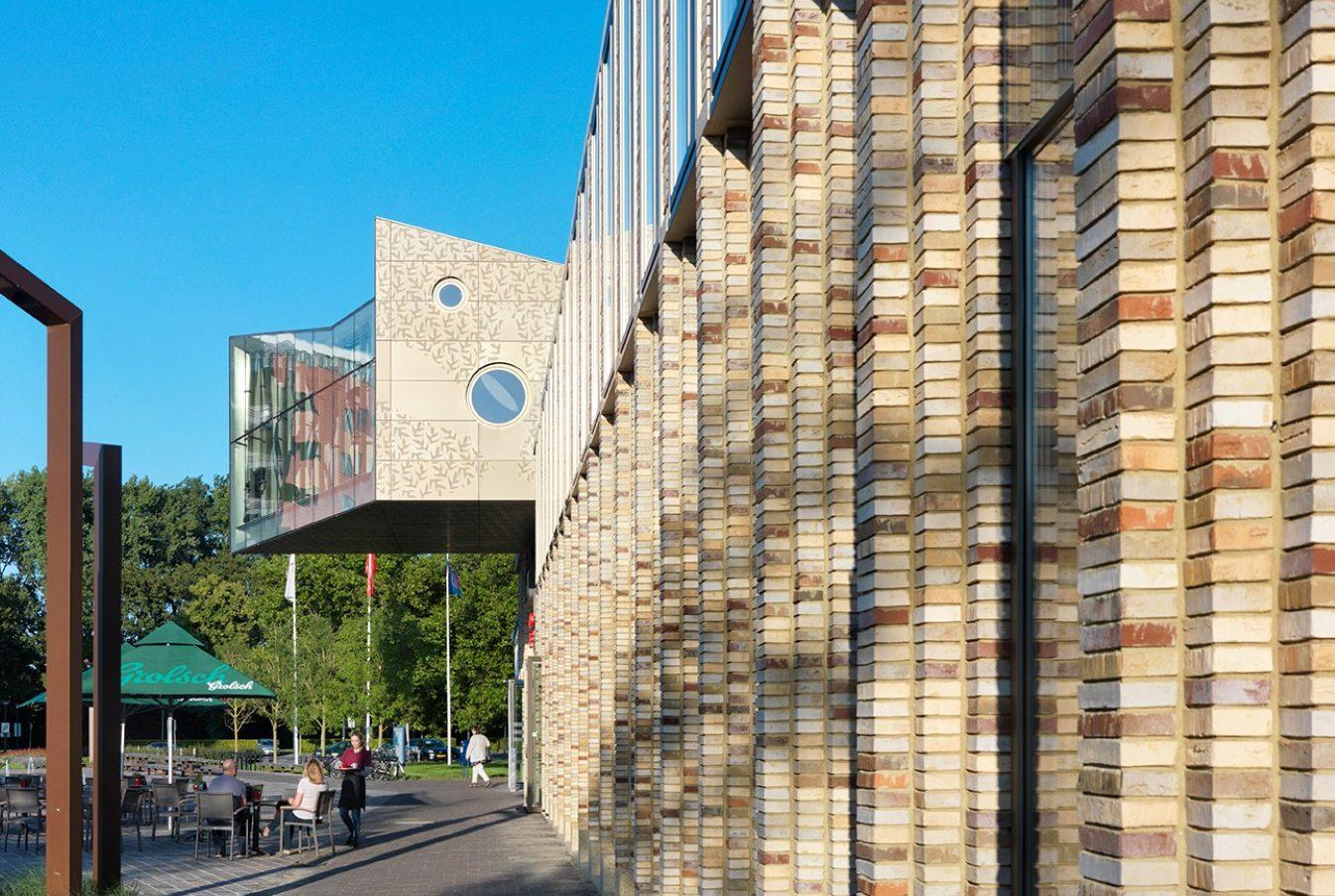 Zijaanzicht Huis voor cultuur en bestuur Hoogezand-Sappemeer gevelbekleding