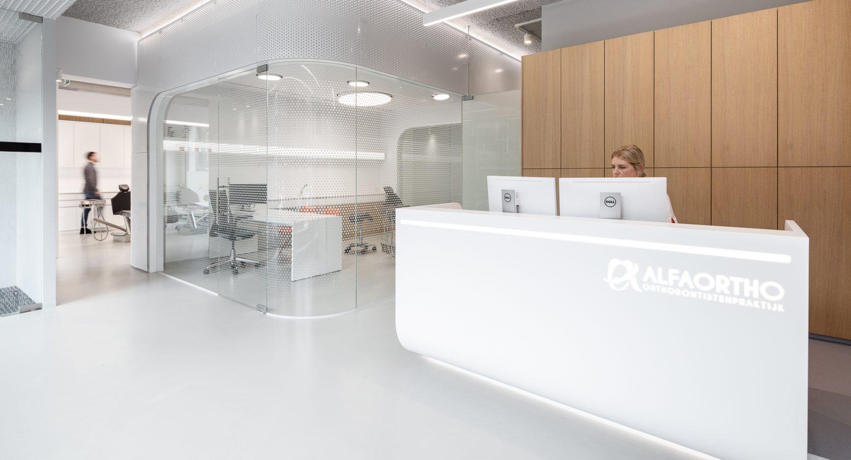 Orthodontiepraktijk Schiedam Ontvangstbalie MD Designperforatie interieur