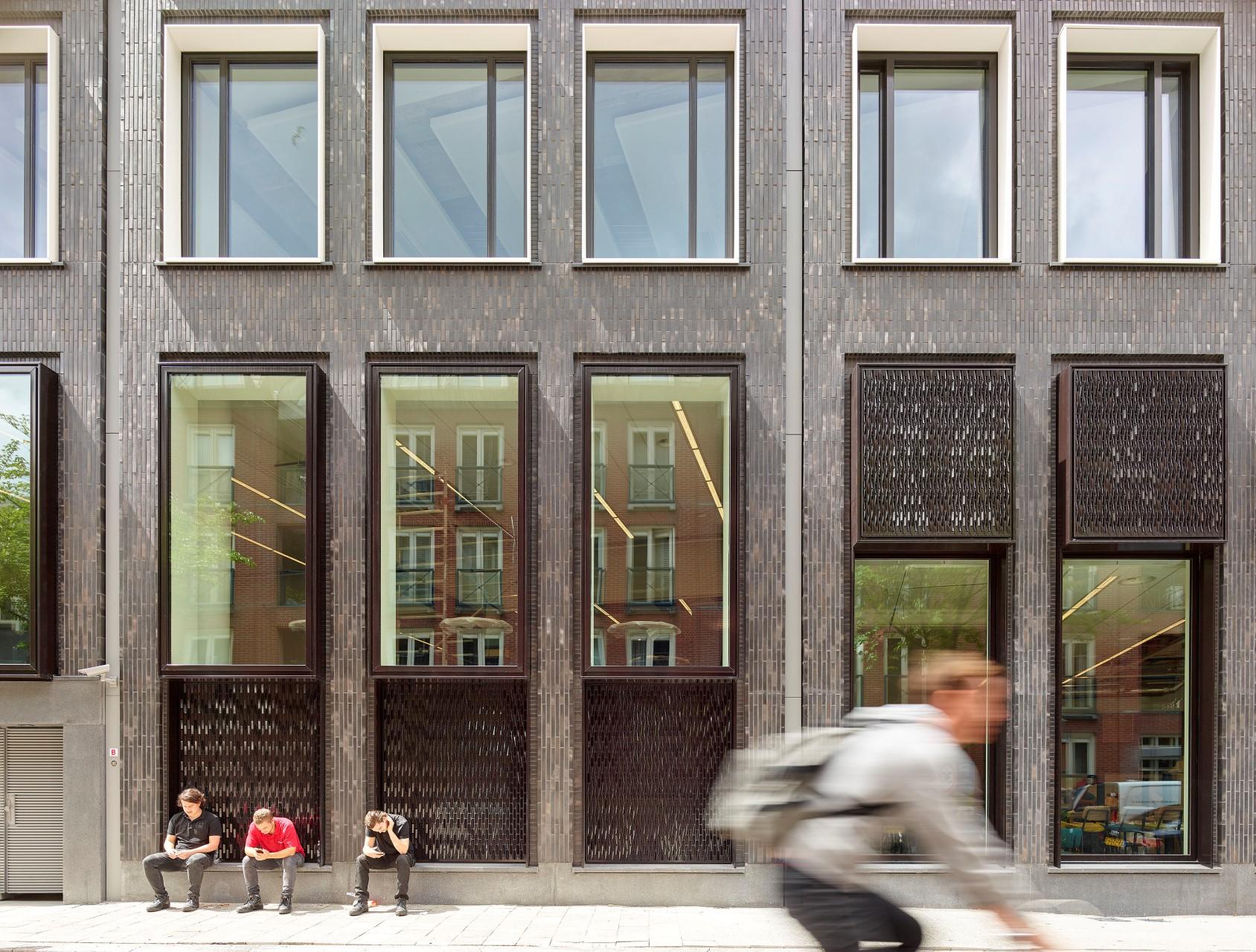 Close-up frontaal gevel mensen Huidekoperstraat Amsterdam