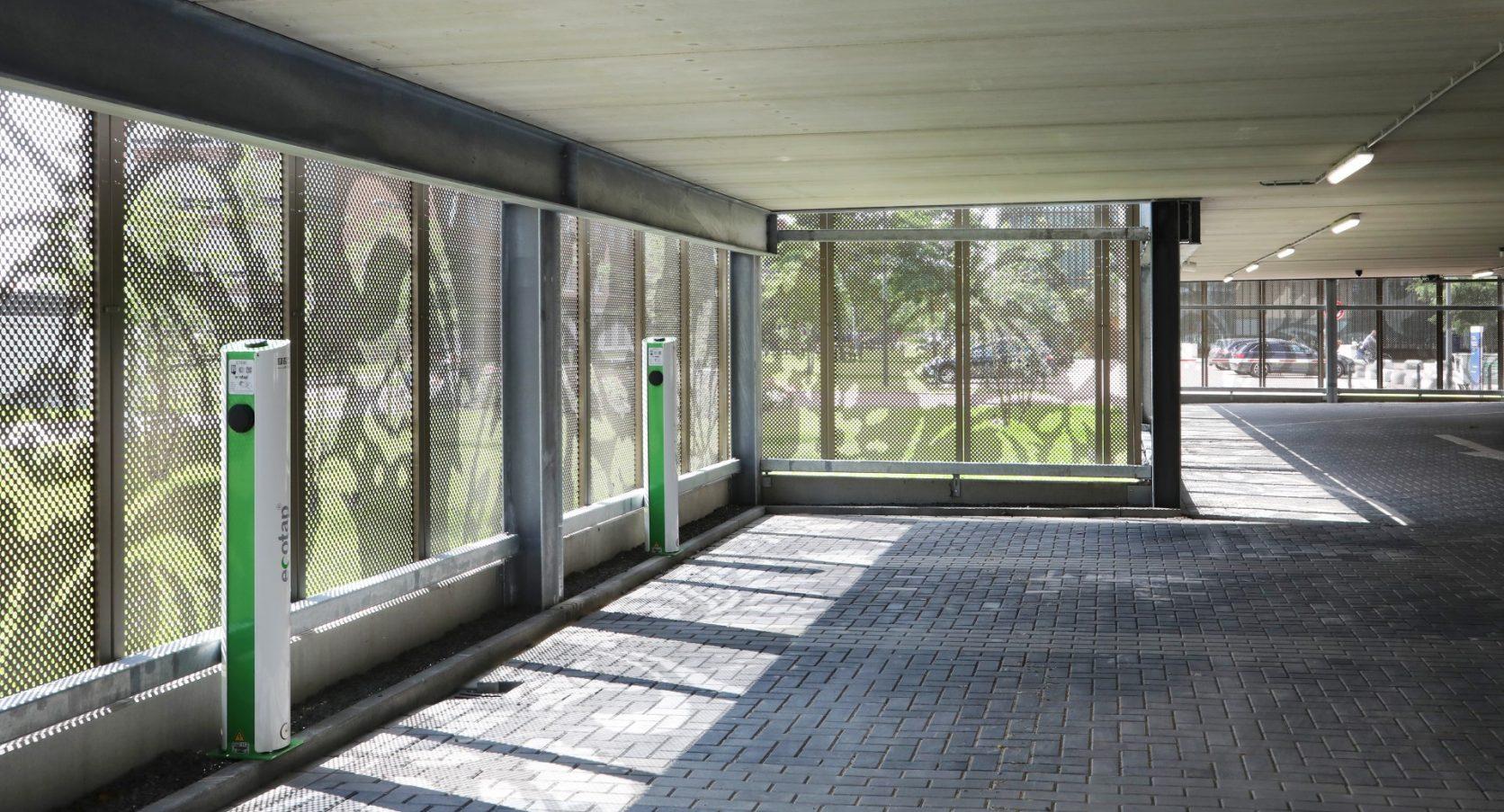 Zicht binnen buiten Parkeergarage Revius in Leeuwarden
