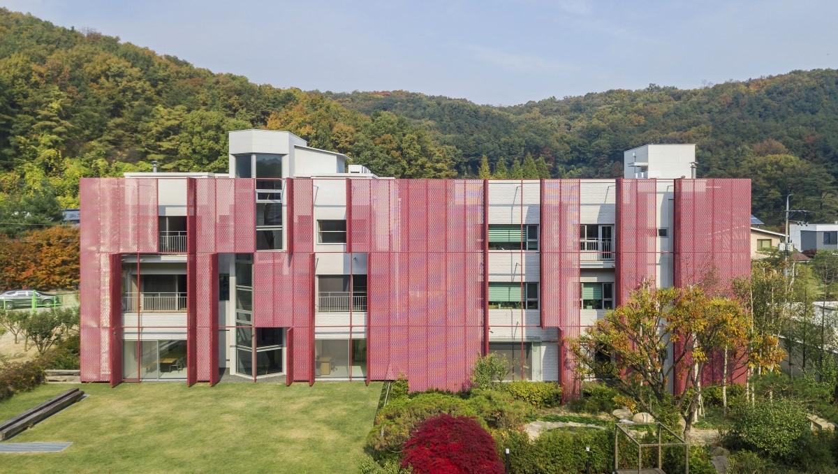 Kantoor CDA Seoul MD Strekmetaal gevel rood