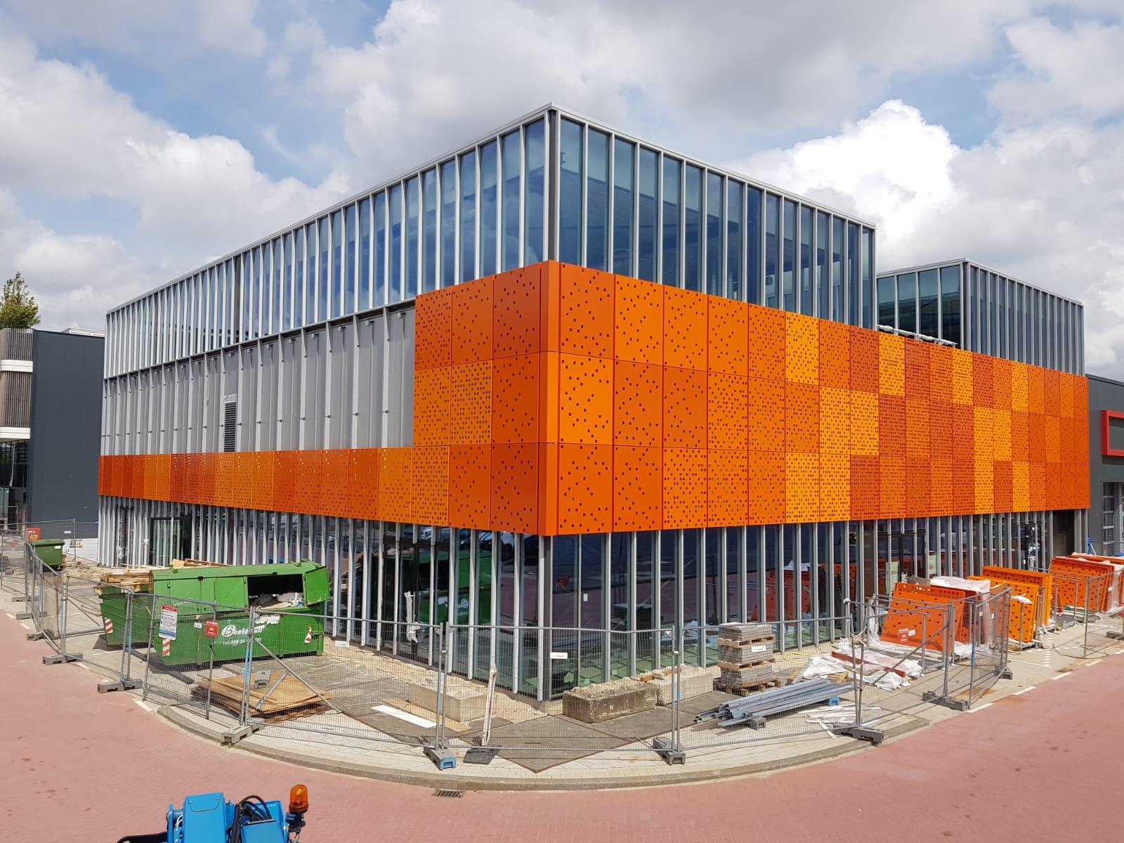 geperforeerde gevelbeplating in orange